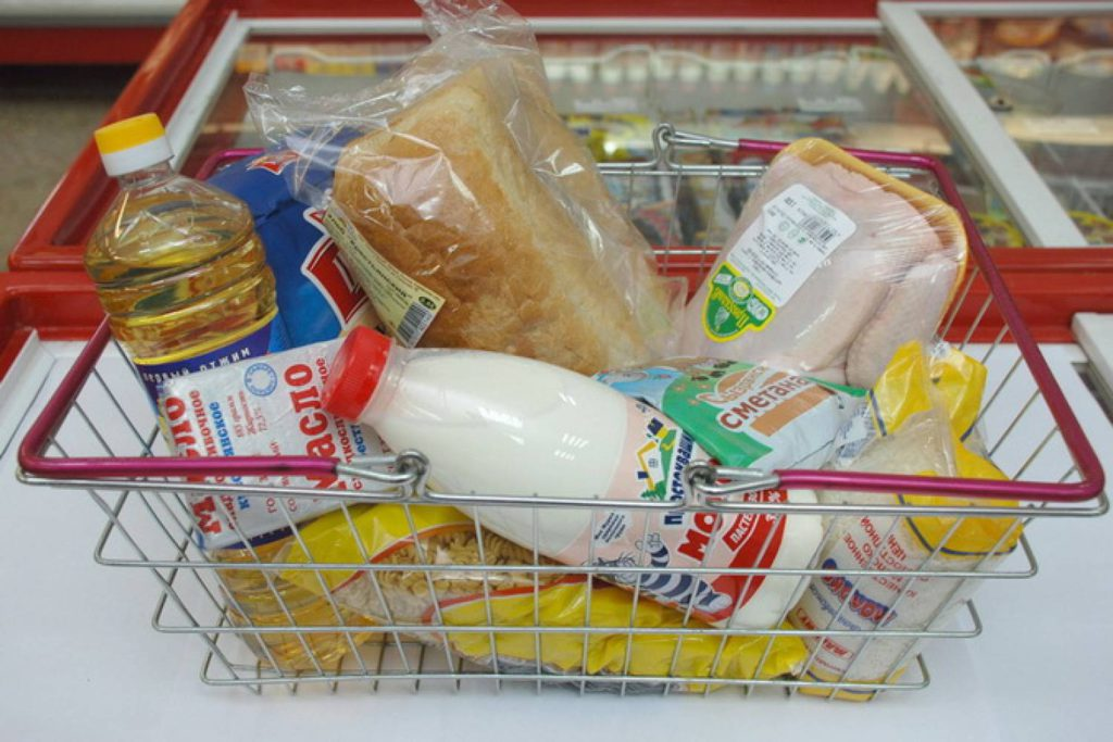 корзина с продуктами в магазине