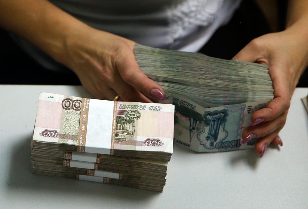 держит пачку денег