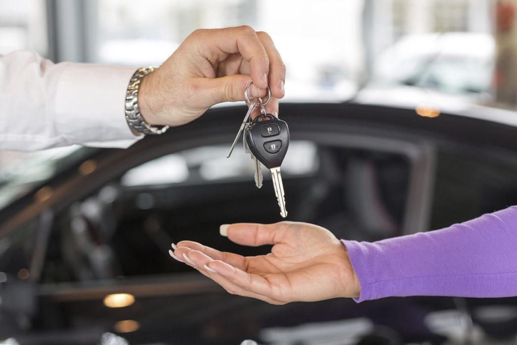 отдает ключи от авто