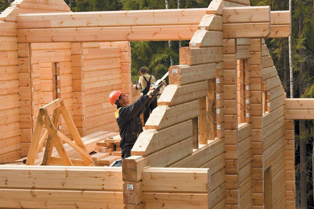 строят деревянный дом