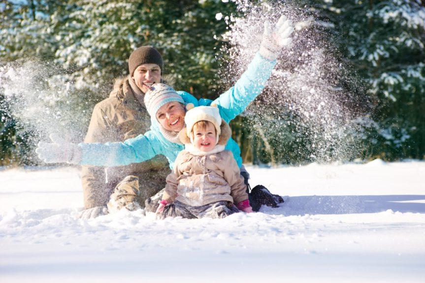 счастливая семья зимой