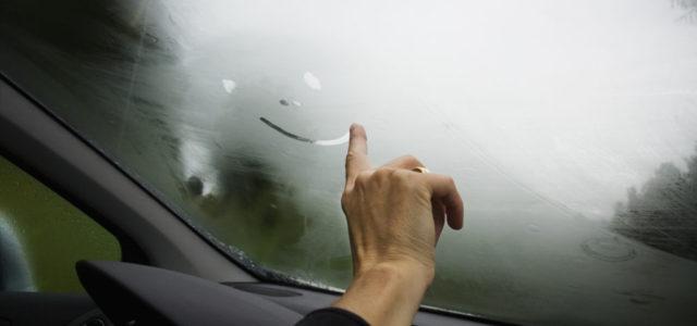 Как очистить лобовое стекло изнутри без разводов