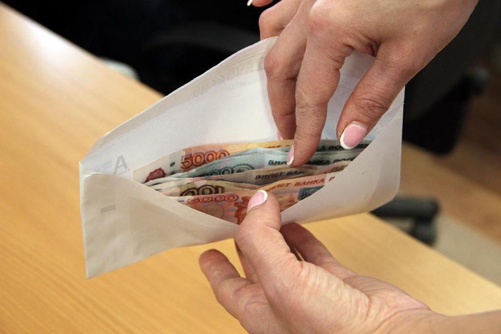 42% россиян согласны получать зарплату «в конверте»