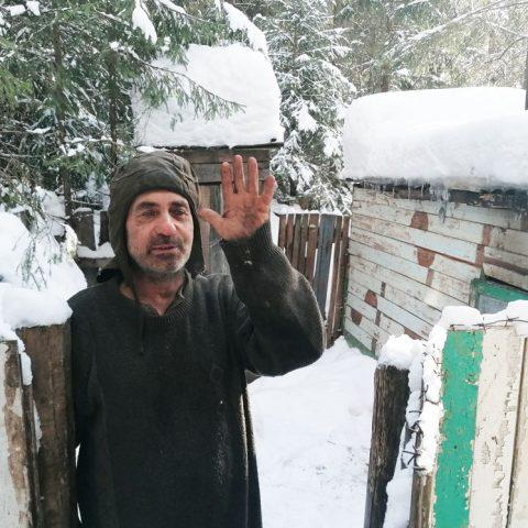 Почти 10 лет Анатолий Крымов живет в лесу под г. Котельничем Кировской области.