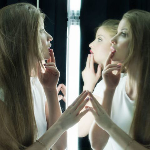 Почему подругам нельзя вместе смотреться в зеркало